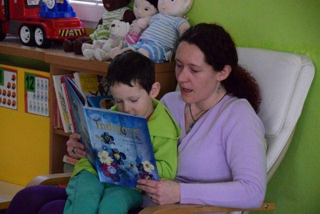 Magda Jedličková čte jednu z Indigových pohádek dětem v oddělení Sluníčka