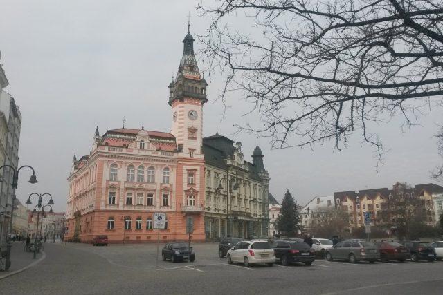 Krnovské náměstí s radnicí a zelenou budovou spořitelny