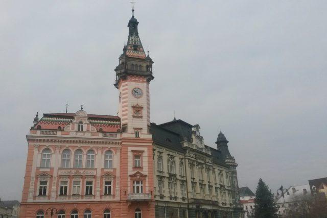 Radnice stojí na místě původní radnice z 16. století. Budova spořitelny nebyla součástí původního plánu