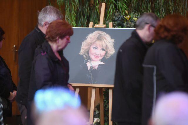Tisíce lidí se přišly rozloučit se zpěvačkou Věrou Špinarovou