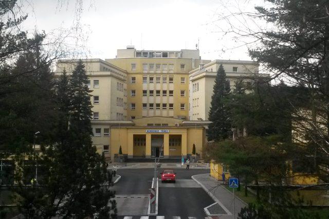 Nemocnice Třinec. Park se nachází za samotnou budovou