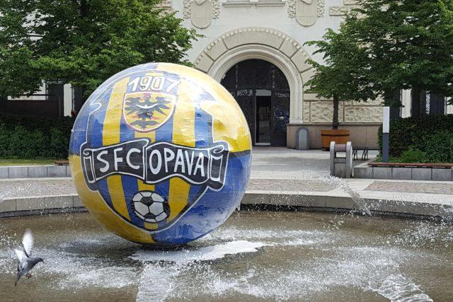 Fotbalová výzdoba kašny před opavským magistrátem