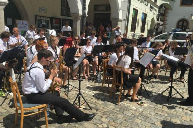 Festival ZUŠ Open v Českém Krumlově - ulicemi prošel průvod, na různých místech hráli hudebníci