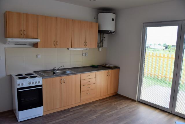 V bytech je jedna místnost s kuchyňským koutem a koupelna s toaletou