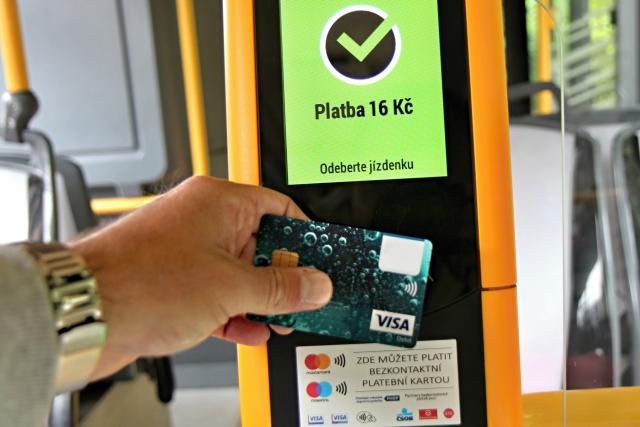 V nákupu jednotlivého jízdného v plzeňské MHD vedou bankovní karty