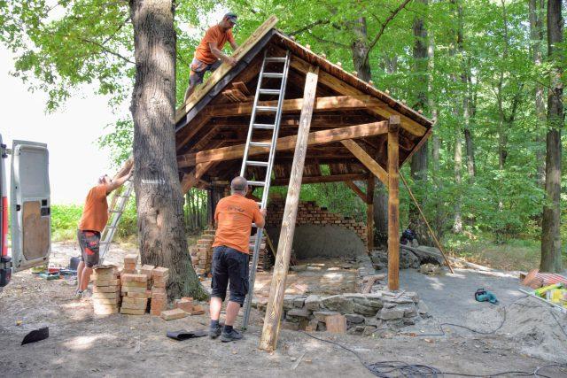 Nadšenci staví u Sedlnic repliku rozbořeného domku