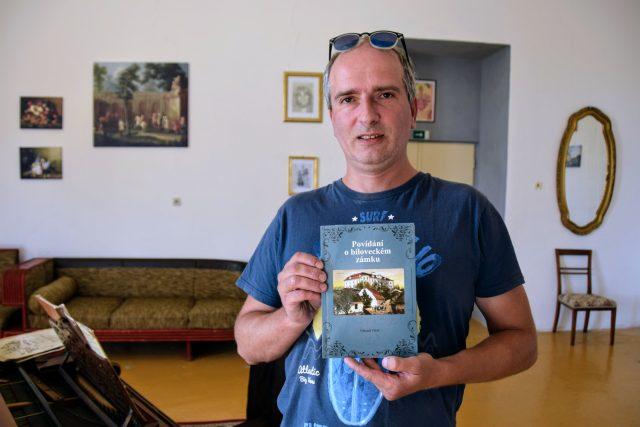 Eduard Valeš se svou knihou o bíloveckém zámku