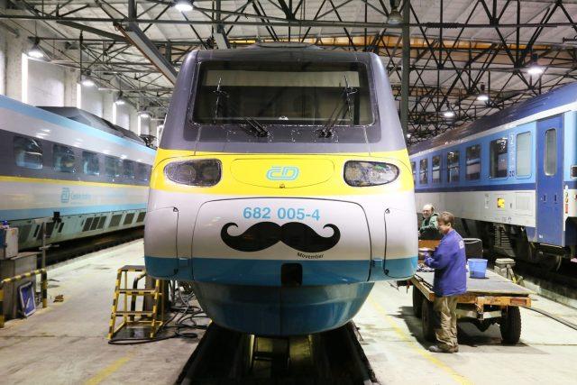 Pendolino je ozdobeno slušivým knírem na počest akce Movember