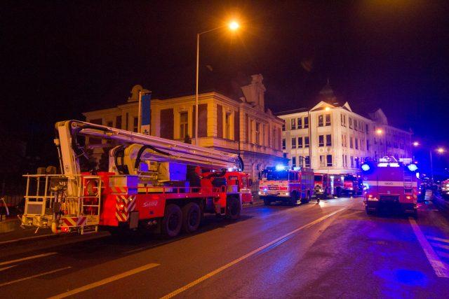 Hasiči u požáru budovy bývalé textilky Karnola Krnov