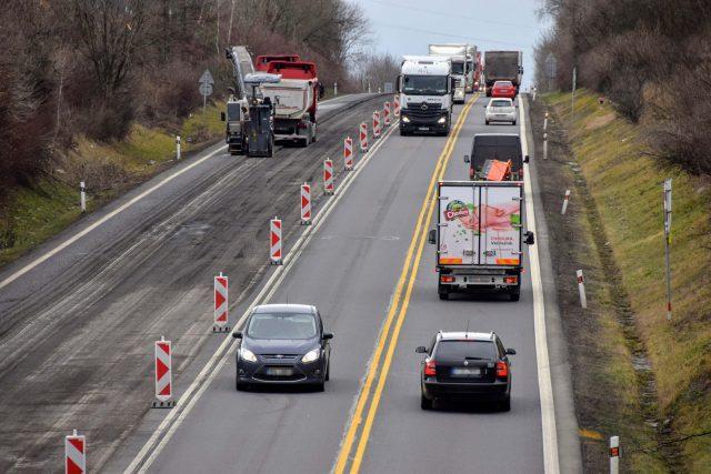 Řidiči budou 3 roky jezdit jen po polovině silnice