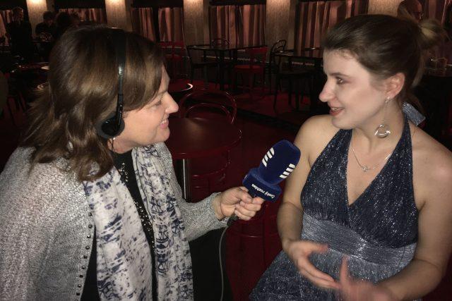 Slovenská zpěvačka Mirka Miškechová během natáčení rozhovoru (redaktorka Iva Piskalová vlevo)