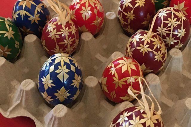 Velikonoční vajíčka zdobená slámou