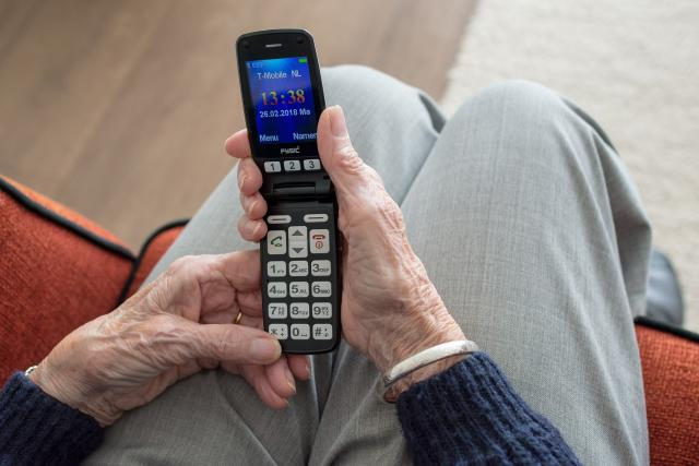 Některé firmy zkoušejí vymámit na důvěřivých seniorech souhlas s převodem k jinému poskytovateli energií po telefonu