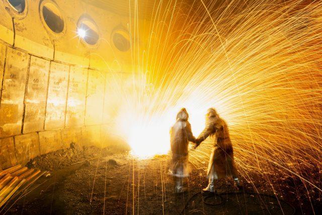 Rozpalování zbytků taveniny v nístěji vysoké pece | foto: Třinecké železárny