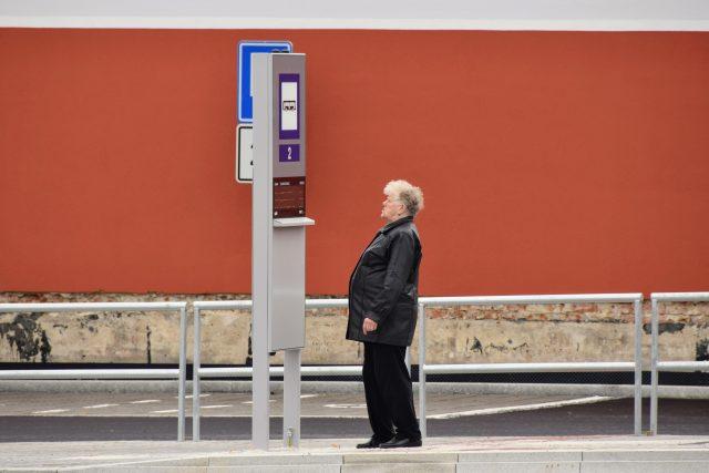 Lidé si prohlížejí nové autobusové nádraží v Bílovci