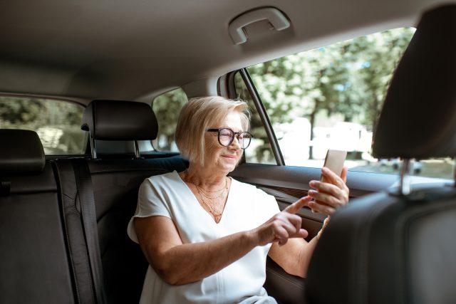 Žena využívá služeb senior taxi
