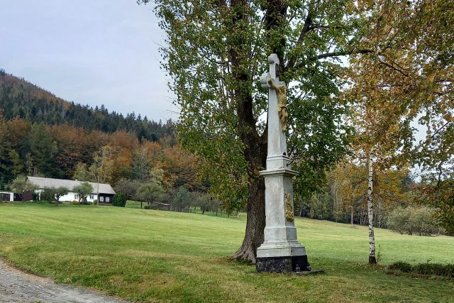 Kamenný kříž za zbojnické peníze