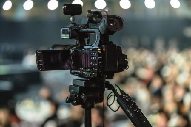 Média - televizní kamera | foto:   PhotoMIX Ltd.  ,  Pexels,  CC0 1.0