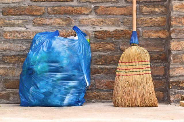 Pytel s odpadky čeká na odvoz (ilustr. obr.)