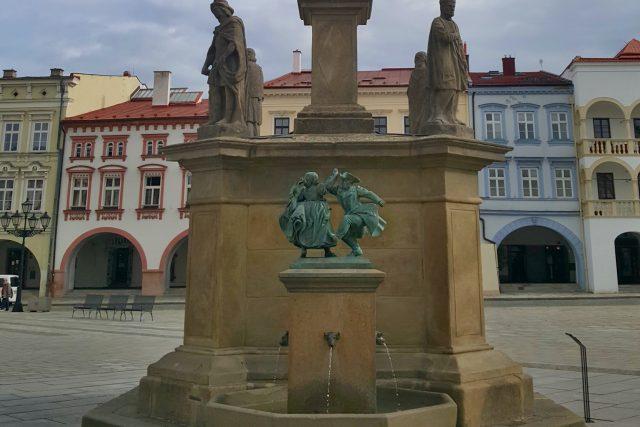 Plastika zdobí kašnu morového sloupu na Masarykově náměstí