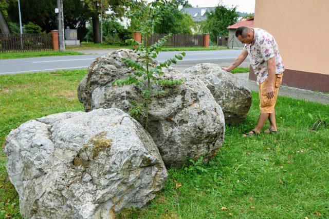 Dalibor Kvita si prohlíží rychaltické bludné balvany
