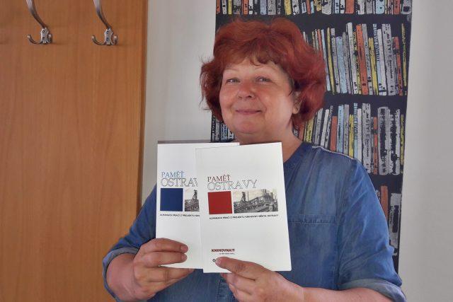 Knihovnice Jarmila Burešová s dosud vydanými sborníky. Chystá se třetí