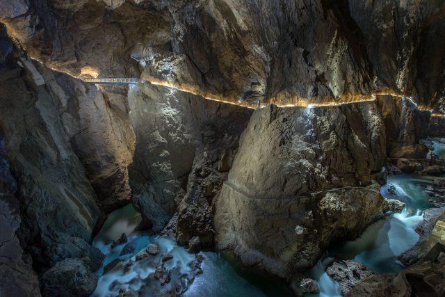 Dnes chodí návštěvníci v jeskyních po pohodlných osvětlených chodnících. První jeskyňáři ale používali jen lana, žebříky, svíčky, louče a později karbidové lucerny