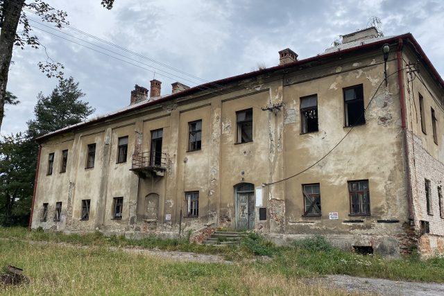 Zchátralý zámek v Chotěbuzi