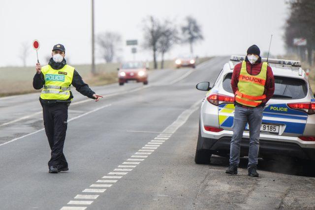 Policejní kontrola na hranici okresů | foto: Miroslav Chaloupka,  ČTK