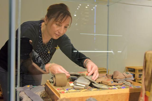 Monika Chromečková připravuje výstavu starého zboží z obchodu
