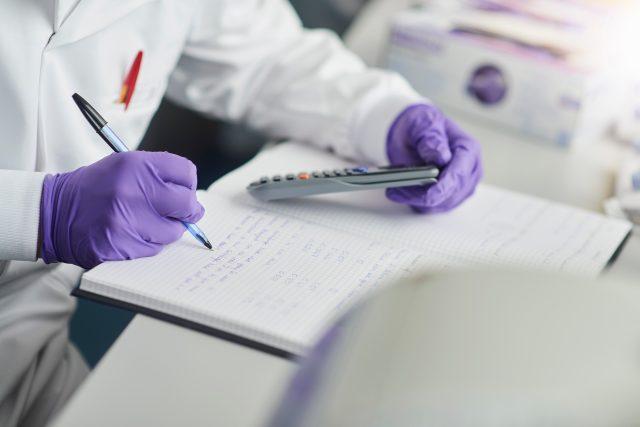 Vědec, biolog, poznámky, telefon, rukavice, laboratoř, infekce, výzkum, koronavirus, ilustrační foto