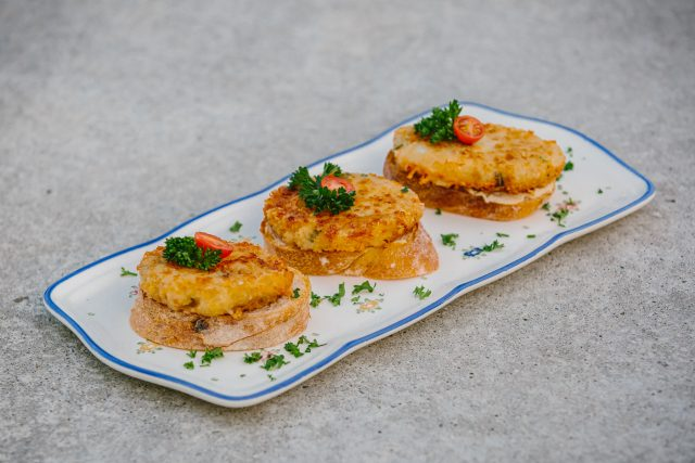 Výtečné sýrové karbanátky zvané sýřenky usmažila podle 40 let starého receptu Růžena Pokorná z Dobřichovic