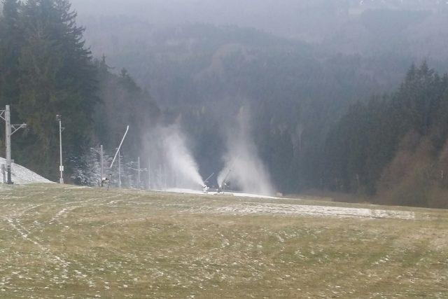 Sněžná děla vyrábí sníh na Trojáku, Pustevny jsou bez vody