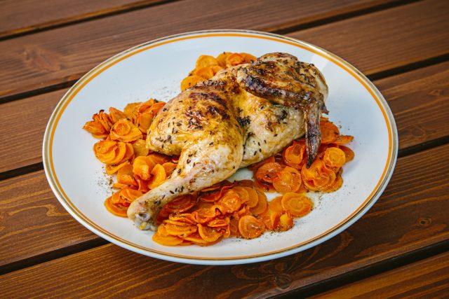 Dokonalé pečené kuře na mrkvi podle 60 let starého receptu maminky Jiřiny Boučkové