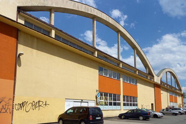 Dodnes se zachoval pouze jeden z hangárů. Po zrušení letiště sloužil jako sklad obilí a od 90. let je využíván jako obchodní prostor   foto: Petra Štrymplová,  Český rozhlas