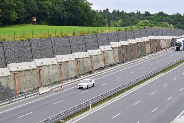 Po zřícení chybí asi 200 metrů gabionové zdi