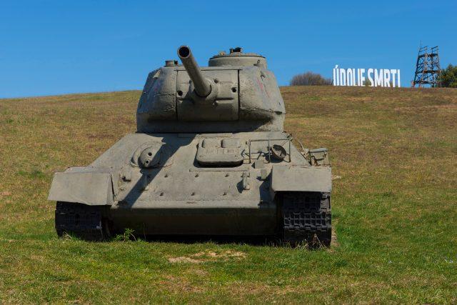 Sovětské tanky v Údolí smrti na Dukle