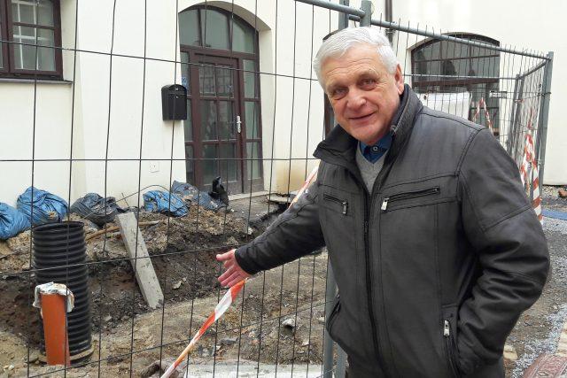 Kronikář a autor pověstí Jan Pillich na nádvoří zámku, kde nedávno v podzemí objevili středověkou studnu