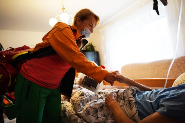 Z činnosti mobilního hospice Anežky České v Červeném Kostelci na Náchodsku   foto: Oblastní charita Červený Kostelec