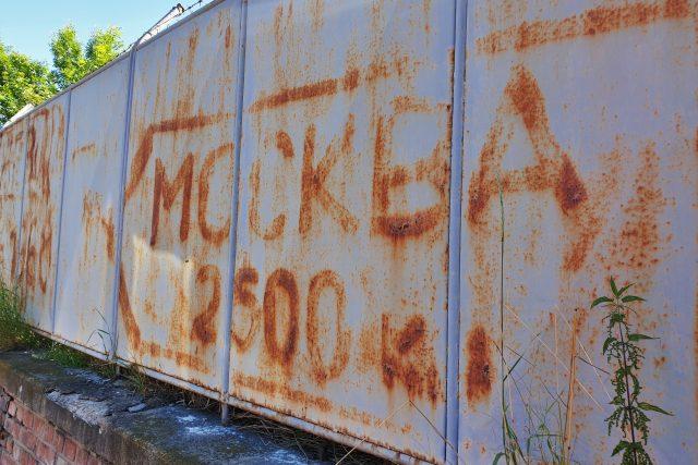 Jeden z nápisů: Moskva 2500 kilometrů