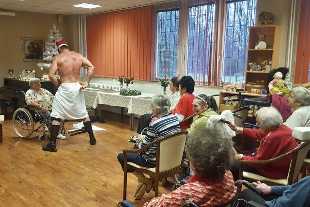 Striptér v orlovském domově pro seniory