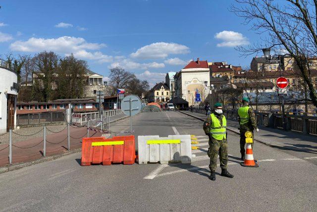 Vojáci na česko-polské hranici v Těšíně