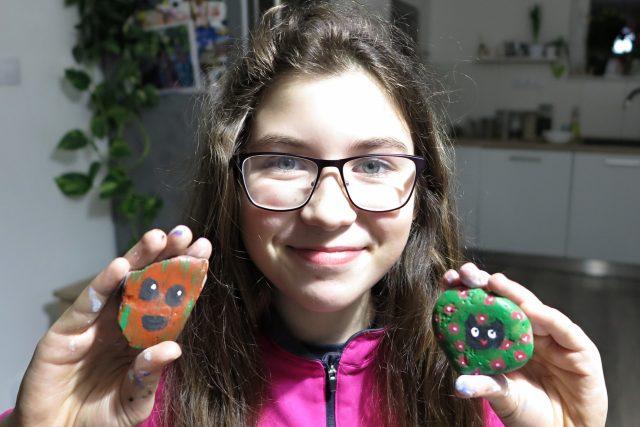 Jedenáctiletá Anežka věří,  že její malované kamíny nálezce potěší | foto: Martina Sihelská,  Český rozhlas Plzeň