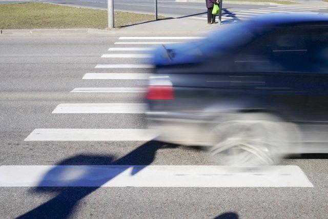 Přecházením po přechodu se lidé snaží domoci urychlení výstavby přeložky silnice (ilustrační foto)