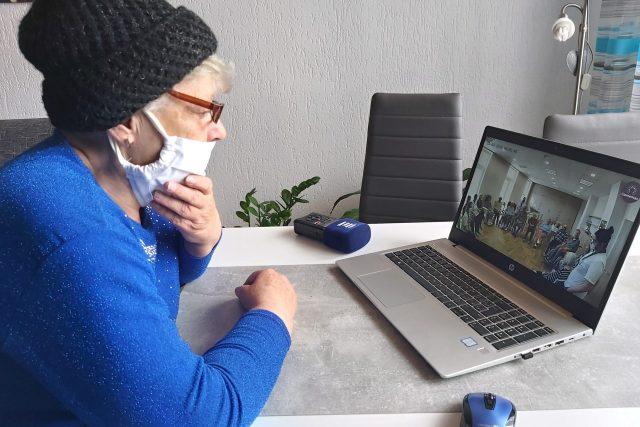 """""""Manžela jsem neviděla asi 14 dní a i tehdy jsem ho viděla jenom přes sklo, to už byl zákaz návštěv. Jsem ráda, že ho vidím aspoň takhle přes obrazovku,"""" řekla paní Brožová a pak se s mužem také slyšela přes aplikaci Skype"""