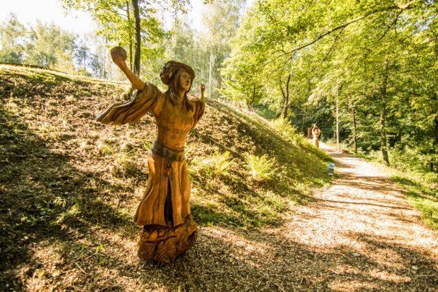 Lada, jedna z šesti dřevěných soch slovanských bohů. Autorem je sochař Luděk Vančura