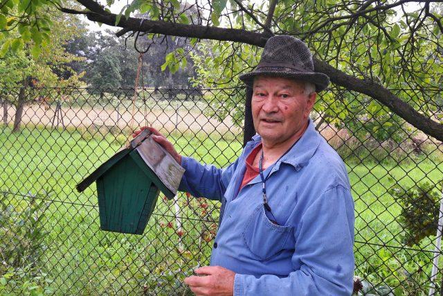 Pan Sávo Novák má na svém kontě stovky důmyslných ptačích budek