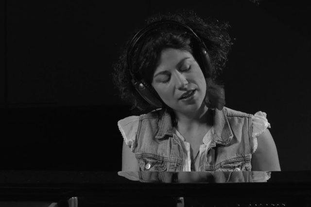 Písničkářka Kaczi v novém videoklipu natočeném v ostravském rozhlase