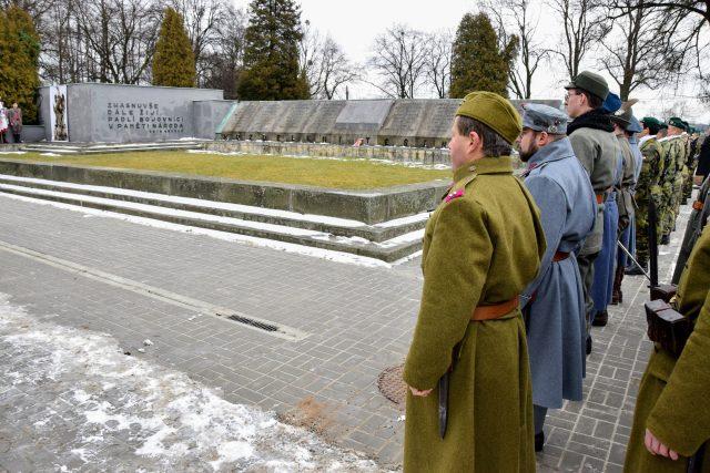 Vojáci v dobových uniformách u památníku Sedmidenní války