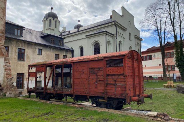 Vyřazený vagón v zahradě krnovské synagogy   foto: Klára Kohutová,  Český rozhlas
